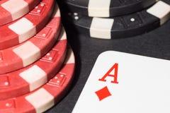 纸牌筹码和看板卡 3d高例证图象解决方法 免版税库存照片