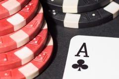 纸牌筹码和看板卡 3d高例证图象解决方法 免版税图库摄影