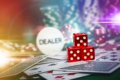 纸牌筹码在赌博娱乐场赌博选材台里与len火光照明设备 图库摄影