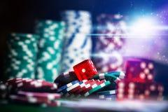 纸牌筹码在赌博娱乐场赌博选材台里 免版税图库摄影