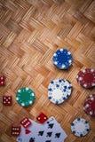 纸牌筹码在赌博娱乐场赌博选材台里 库存照片