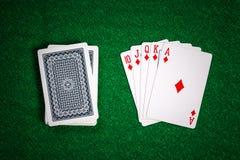 纸牌筹码在赌博娱乐场赌博选材台里 免版税库存图片