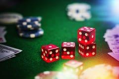 纸牌筹码在赌博娱乐场赌博选材台里 免版税库存照片