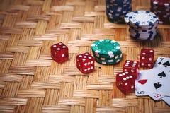 纸牌筹码在赌博娱乐场赌博选材台里 库存图片