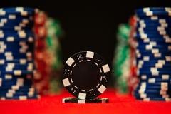 纸牌筹码特写镜头在红色的感觉打牌用之轻便小桌表面 免版税库存照片