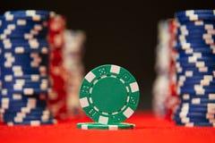 纸牌筹码特写镜头在红色的感觉打牌用之轻便小桌表面 免版税库存图片