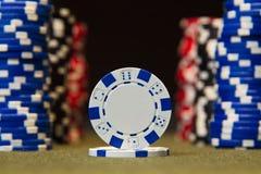 纸牌筹码特写镜头在绿色的感觉打牌用之轻便小桌表面 免版税图库摄影