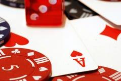 纸牌筹码看板卡和彀子背景 免版税库存照片
