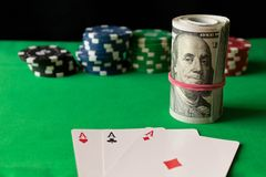 纸牌筹码,纸牌和扭转在gree的100张钞票 免版税库存图片