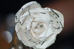 纸玫瑰由音乐做成注意板料 免版税库存照片