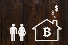 纸男人、妇女和房子有bitcoin的 抽象概念 库存图片