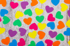 纸的五颜六色的心脏华伦泰的老木背景的 免版税库存图片