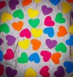 纸的五颜六色的心脏华伦泰的老木背景的 库存图片