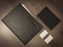 纸的文件夹在木纹理 库存照片