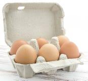 纸盒棕色自由放养的鸡蛋 图库摄影