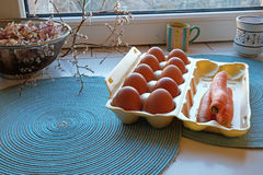 纸盒frech鸡蛋和红萝卜 免版税库存图片