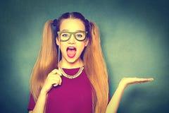 戴纸眼镜的秀丽女孩在显示空的copyspace的棍子 免版税库存图片