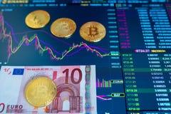 纸票据欧元10 EUR,被弄脏的背景 bitcoin,容量贸易电子日程表在交换的,在 免版税库存图片