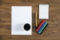 纸空白纸、颜色标志、铅笔和一杯咖啡 免版税库存照片