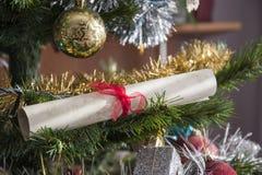 纸纸卷, wishlist在圣诞树滚动了  美丽的分类 免版税库存照片