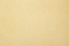 纸纹理与一个异常的结构的在小艺术品的细胞单色温暖的米黄树荫下 现代的背景 免版税库存图片