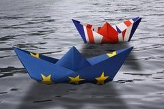 纸船做了作为航行肩并肩在水的概念陈列英国和欧洲珠蚌类的欧盟和英国旗子 图库摄影