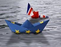 纸船做了作为航行肩并肩在水的英国船的欧盟和英国旗子下沉-概念陈列En 免版税库存图片