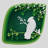 纸艺术雕刻对在树枝的鸟在森林里在夜、origami概念自然和动物想法,传染媒介艺术里和 库存照片