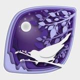 纸艺术雕刻对在树枝的鸟在森林里在晚上, origami概念自然 免版税库存照片