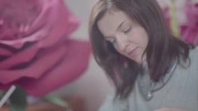 纸花背景 做人为纸花的妇女 影视素材