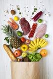 纸袋在白色木背景的各种各样的健康产品,从上面 背景玉米片食物健康宏观工作室白色 平的位置 库存照片