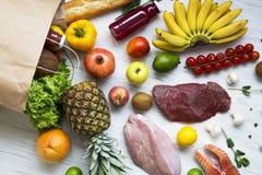 纸袋在白色木背景,顶视图的杂货 背景玉米片食物健康宏观工作室白色 免版税图库摄影