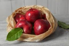 纸袋用成熟红色苹果 图库摄影