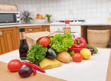 纸袋用食物在厨房里 库存图片