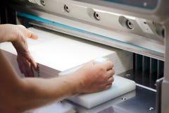 纸裁减机器 免版税库存图片