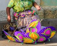 纸遮阳伞摊贩,危地马拉 库存照片