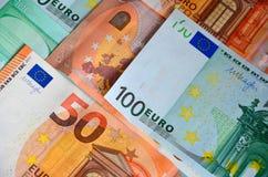 纸钞票欧元50和100 从上面兑现特写镜头,金钱视图的颜色背景 免版税库存照片