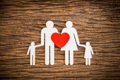 纸链象征家庭和红色的心脏 免版税库存照片