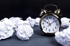 纸闹钟和想法 免版税图库摄影