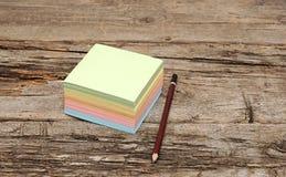 纸附注和铅笔 图库摄影