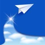 纸飞机和云彩天空 库存照片