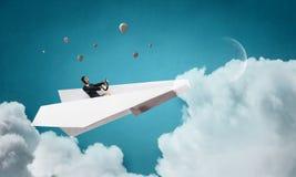 纸飞机的妇女飞行员 混合画法 免版税库存图片