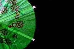 纸鸡尾酒伞装饰的细节在黑背景的 库存照片