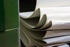 纸滤网生产路辗白色流动的网白色堆Runn 图库摄影