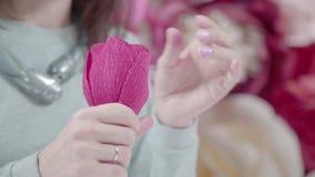 纸origami女性装饰员折叠开花buton 股票录像