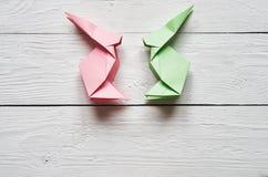 纸origami手工制造桃红色,绿色兔宝宝 库存照片