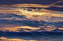纹理一条河的冰表面第一天结冰的 免版税库存图片