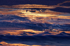 纹理一条河的冰表面第一天结冰的 免版税图库摄影