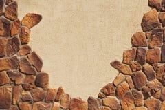 纹理墙壁部分铺磁砖与自然石头 库存图片