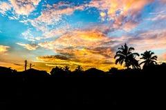 纹理日出云彩 纹理日出云彩 在美丽的鸟云彩之上颜色及早飞行金子早晨本质宜人的平静的反映上升海运一些星期日 免版税库存照片